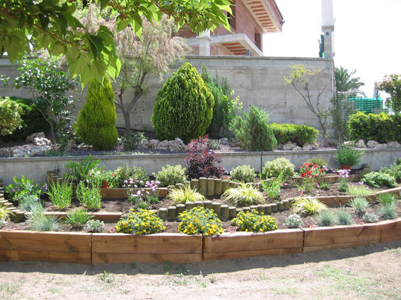 Decoracion jardines con traviesas maderas garc a varona for Decoracion de jardines con madera