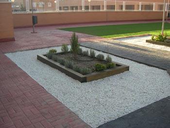 Decoracion jardines con traviesas maderas garc a varona - Jardines decorados con madera ...