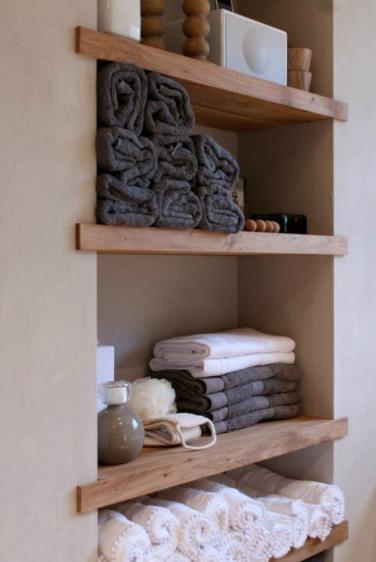 Badkamer-ingebouwde-houten-planken