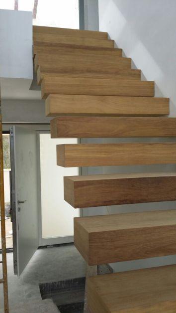 Escalera hecha con vigas de madera
